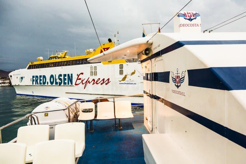Fred Olsen en de Videocosta-veerboten werken tussen Corall royalty-vrije stock foto