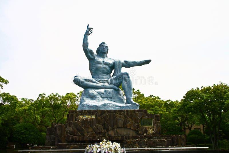 Fred parkerar med fredstatyn arkivbild