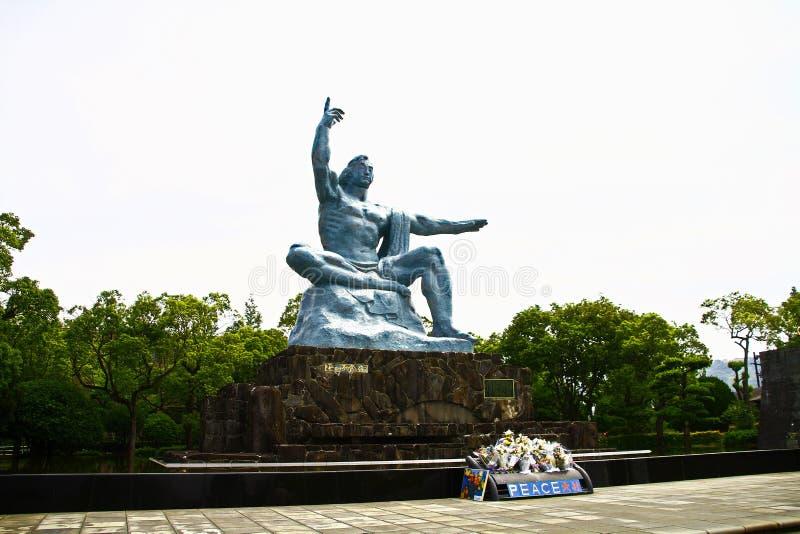 Fred parkerar med fredstatyn arkivbilder
