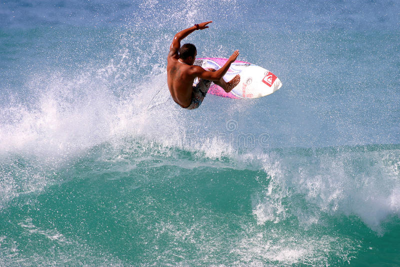 Fred Patacchia che pratica il surfing in Hawai fotografie stock