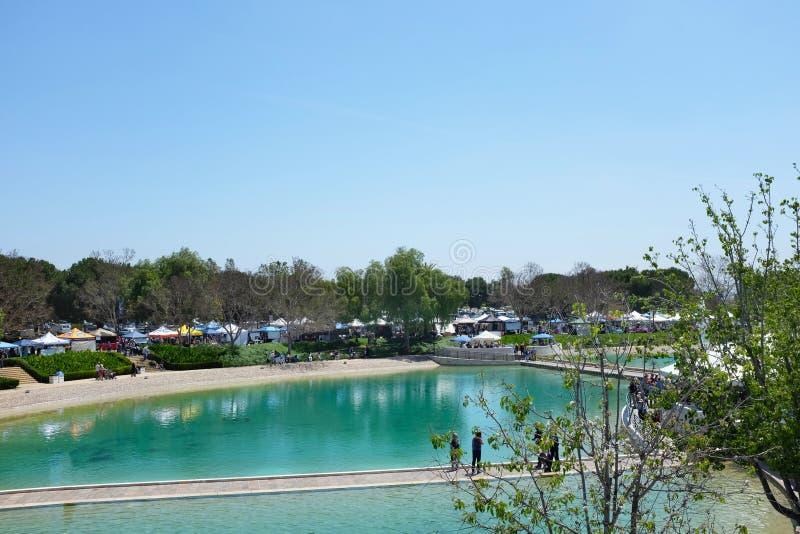Fred sjö på det Soka universitetet med utställningsbås under den 18th årliga Internationa festivalen arkivfoton