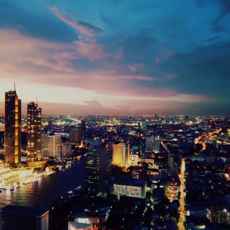 fredag solnedgång i Bangkok royaltyfri bild