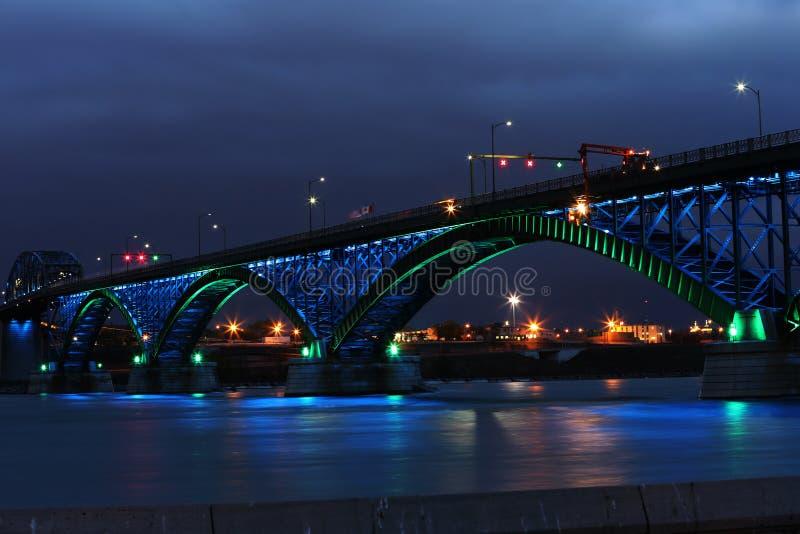 Fredbro med gräsplan- och blåttljus royaltyfria bilder