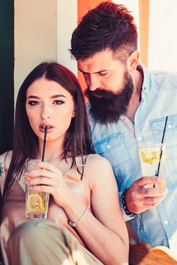 Freddo e fresco Coppie in cocktail della bevanda di amore all'aperto Coppie della donna e dell'uomo con i vetri di cocktail Amica immagine stock