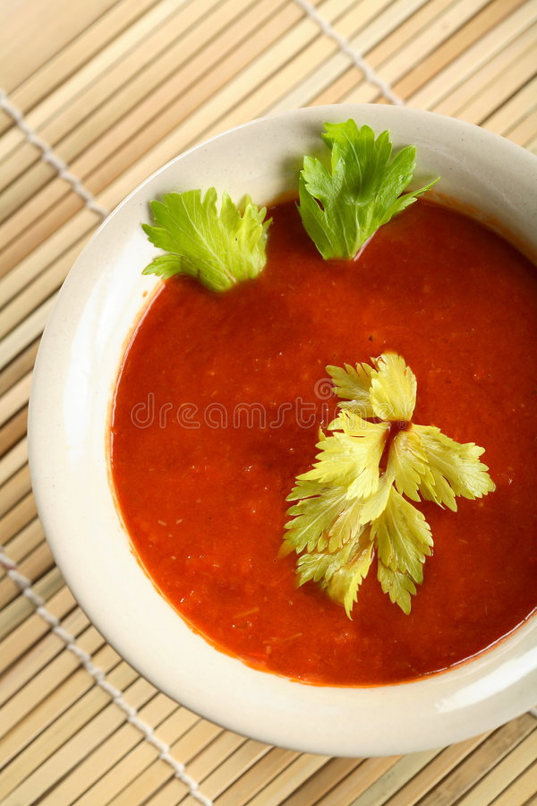 Freddo servito minestra del pomodoro fotografie stock libere da diritti