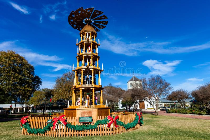 FREDERICKSBURG, ΤΕΞΑΣ 19 ΝΟΕΜΒΡΊΟΥ 2017: Πυραμίδα Χριστουγέννων Fredericksburg, μια γερμανική παράδοση, που δημιουργείται στην αγ στοκ εικόνες