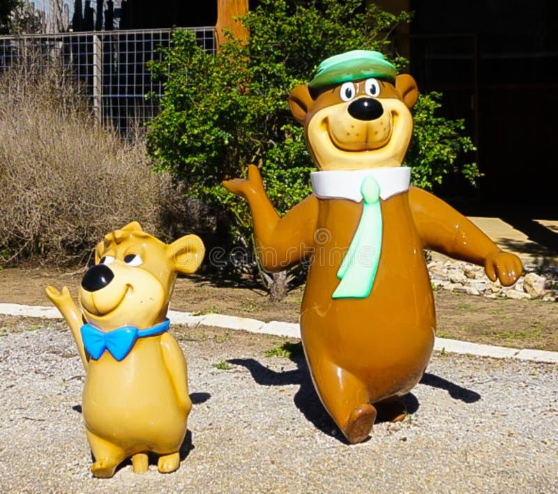 FREDERICKSBURG, TEJAS - 7 de marzo de 2018 - yogui el oso y la metida de pata fotografía de archivo