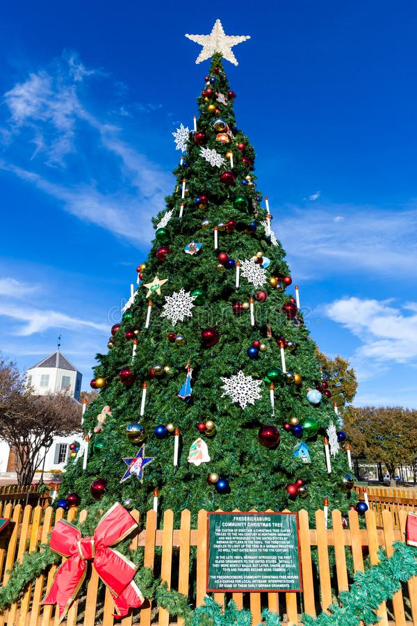 FREDERICKSBURG, TEXAS 19. NOVEMBER 2017: Fredericksburg-Gemeinschaftsweihnachtsbaum installiert in Marktplats-Marktplatz auf ein  lizenzfreies stockfoto