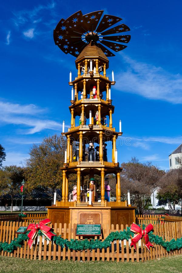 FREDERICKSBURG, TEXAS 19. NOVEMBER 2017: Fredericksburg-Weihnachtspyramide, eine deutsche Tradition, aufgerichtet in Marketplatz- lizenzfreie stockbilder