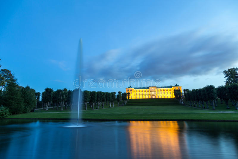 Frederiksberg-Schloss in Kopenhagen bis zum Nacht lizenzfreie stockfotos