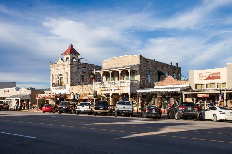 FREDERIKSBURG, TXEXAS - 19 NOVEMBER, 2017 - Main Street in Frederiksburg, Texas, als ` de Magische Mijl `, met kleinhandelss ook  stock foto