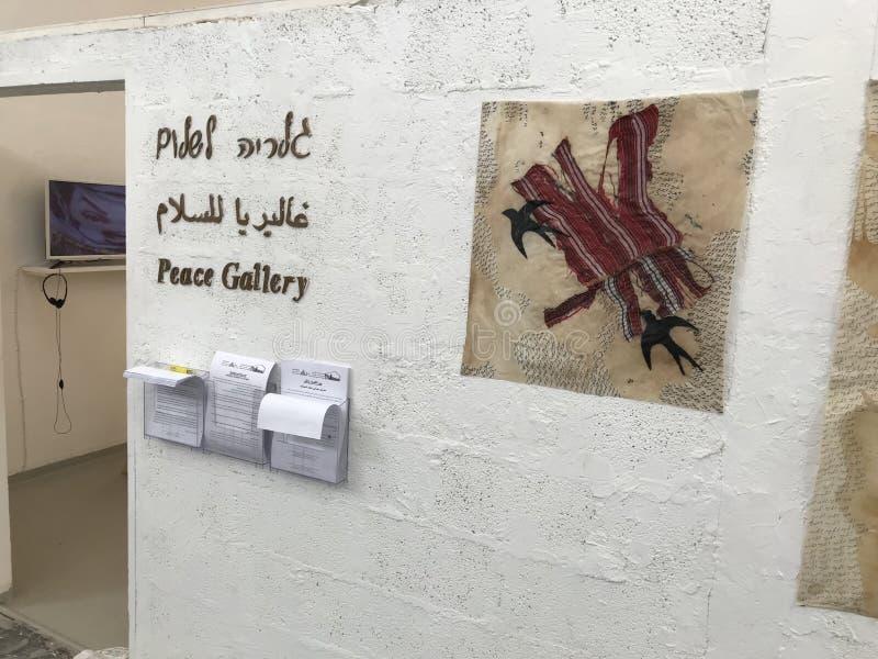 Fredgalleri på mitten för ett delat samhälle royaltyfria bilder