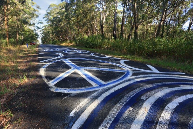 FredOdyssey - grafitti för fredtecken på den målade vägen förseglar Ro royaltyfri foto