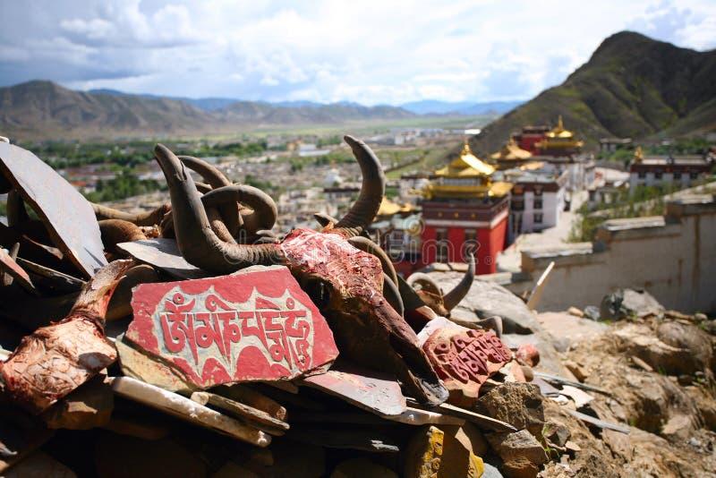 Fredonnement de l'OM Mani Padme d'incantation, monastère Thibet photo libre de droits