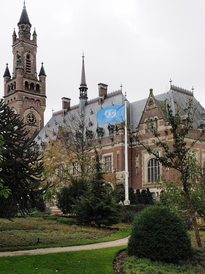 Fredslotttornet, trädgårdar och flaggan, hem av internationella domstolen fotografering för bildbyråer