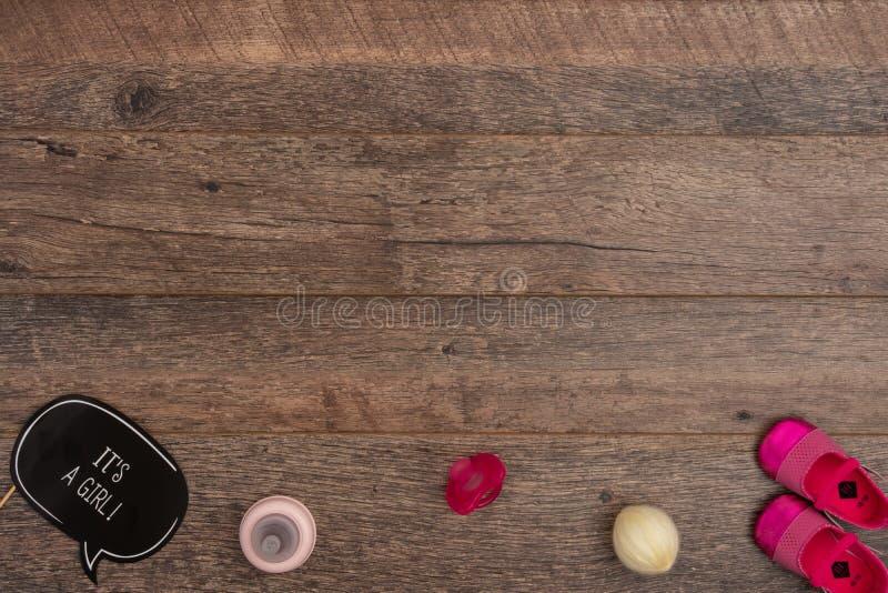 Fredsmäklaren med behandla som ett barn flickan som döper tillbehör på träbakgrund fotografering för bildbyråer