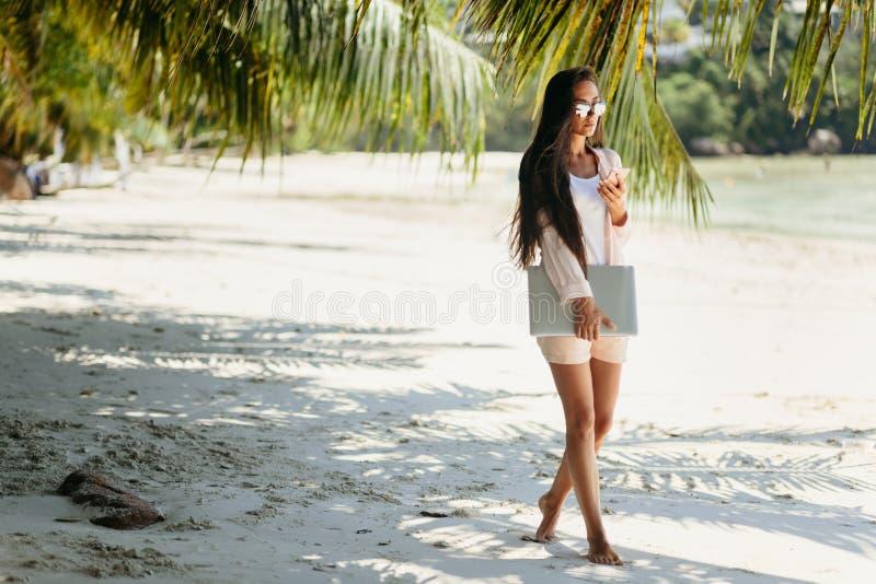 Free lance della donna sulla spiaggia fotografia stock
