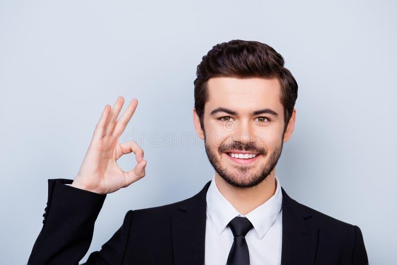 Free lance Smart-coperte sorridenti dei giovani sicuri che mostrano giusto-segno fotografie stock