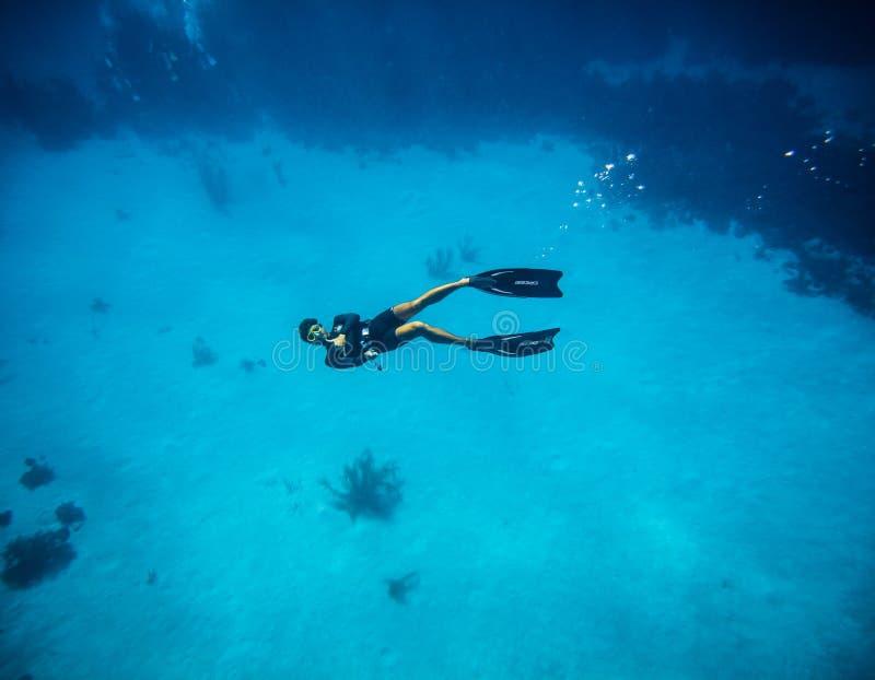 Freediver die tumbs doen ondertekent omhoog in San Andres Colombia royalty-vrije stock foto's