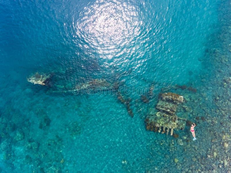 Freediver en schipwrak stock foto's