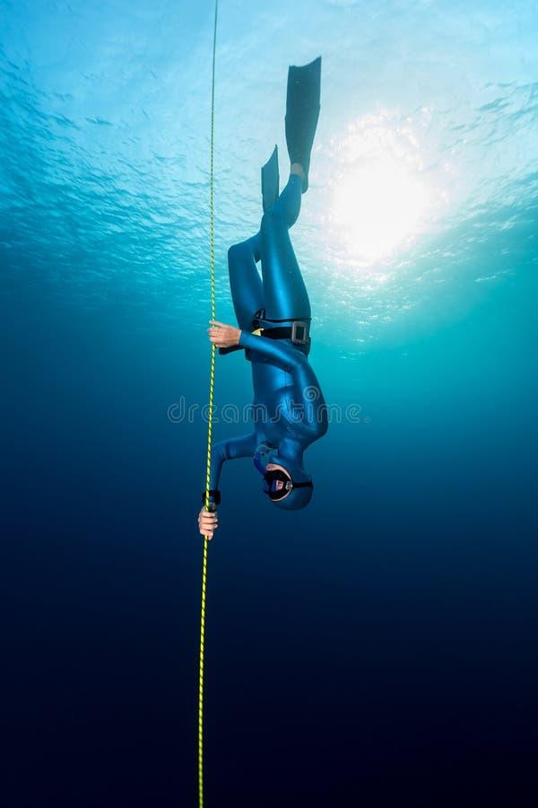 Freediver im Meer lizenzfreie stockbilder