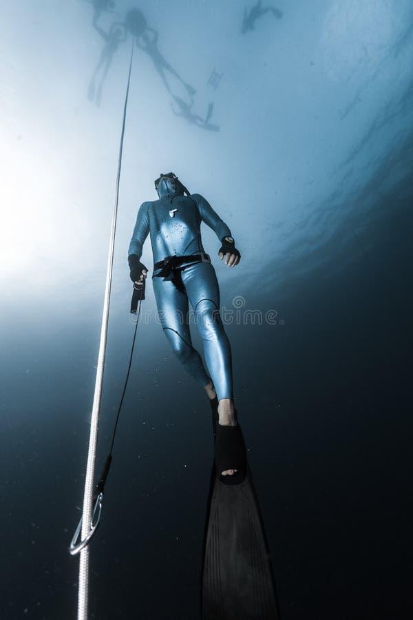 Freediver monte d'une profondeur images libres de droits