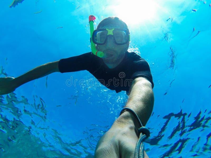 Freediver: Unterwasser-selfie stockbilder