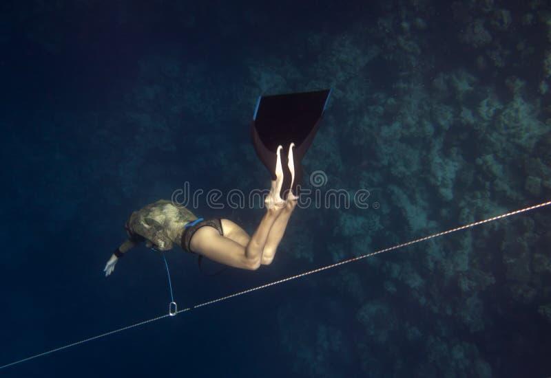 Freediver vai para baixo pela linha fotos de stock
