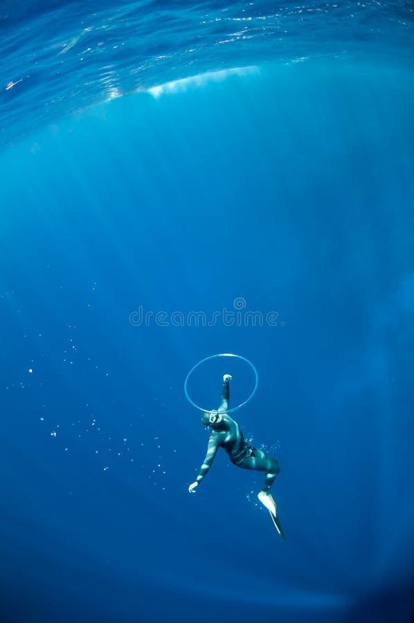 Freediver versucht, durch den Luftring zu schwimmen stockfotografie
