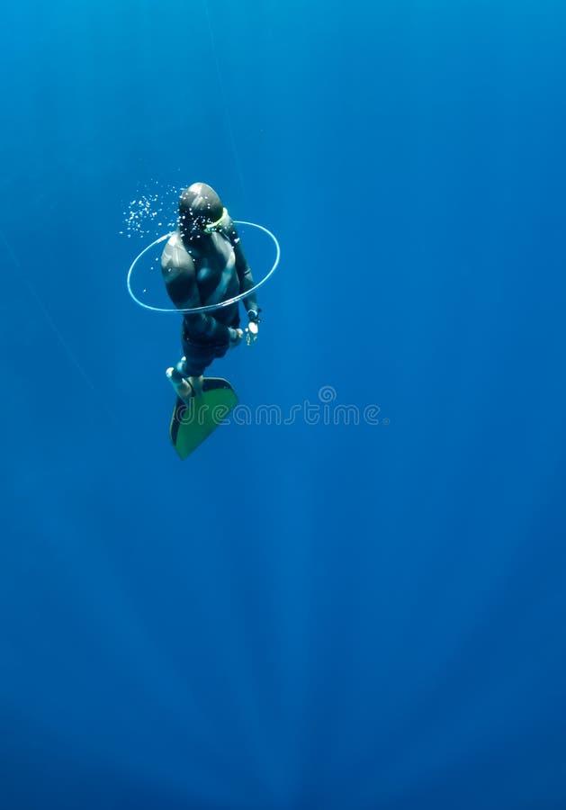 Freediver versucht, durch den Luftring zu schwimmen stockbilder
