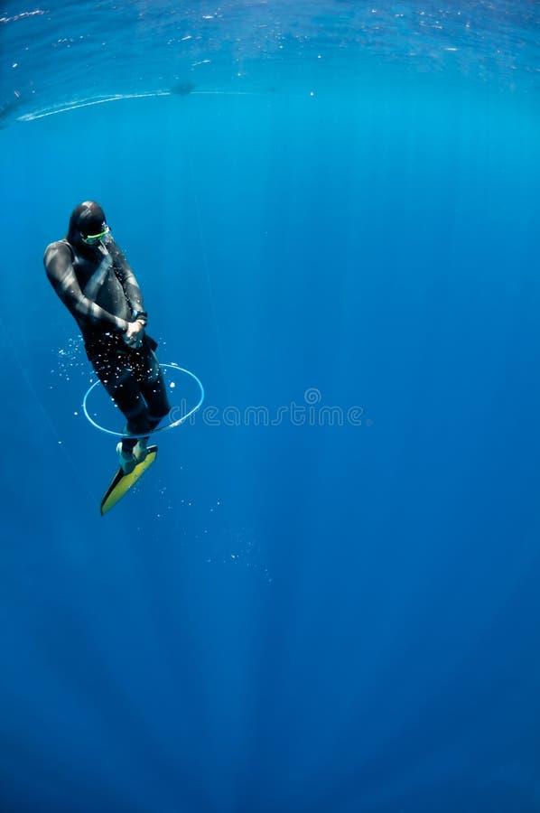 Freediver versucht, durch den Luftring zu schwimmen lizenzfreie stockfotografie