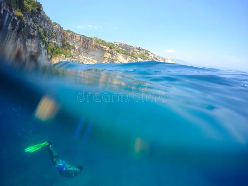 Freediving in Zacinto Zante in Grecia fotografie stock libere da diritti