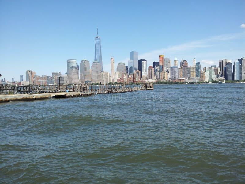Freedom Tower com balsa de Jersey City desliza no primeiro plano foto de stock royalty free