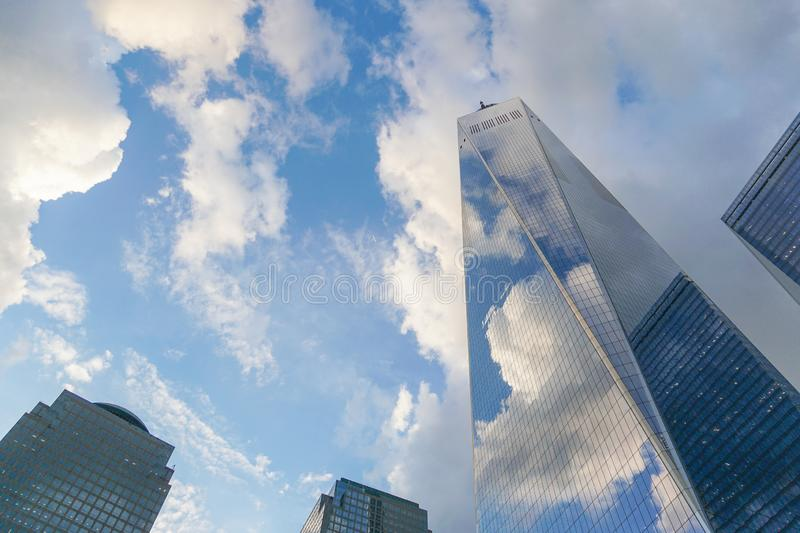 Freedom Tower, igualmente conhecido como One World Trade Center, com céu azul e nuvens fotos de stock