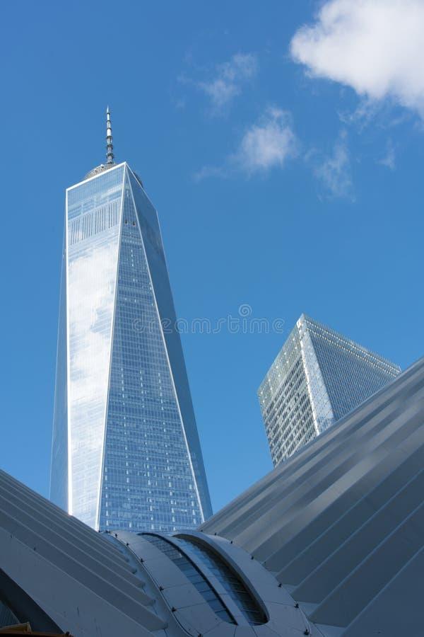 Freedom Tower mit Oculus-Gebäude lizenzfreie stockfotos