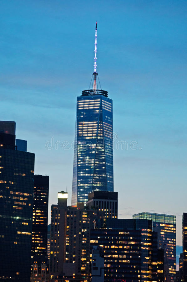Freedom Tower nell'orizzonte di New York visto dalla passeggiata di Brooklyn Heights dopo il tramonto, luci fotografia stock libera da diritti