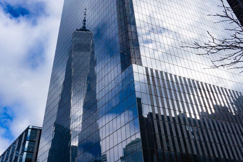 Freedom Tower ? New York City se refl?tant dans la fa?ade refl?t?e image libre de droits