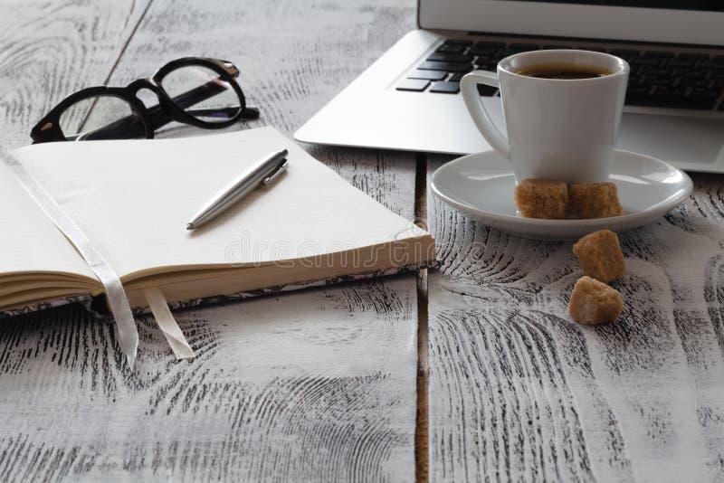 Freeelancerwerkplaats met laprop en koffie royalty-vrije stock afbeelding