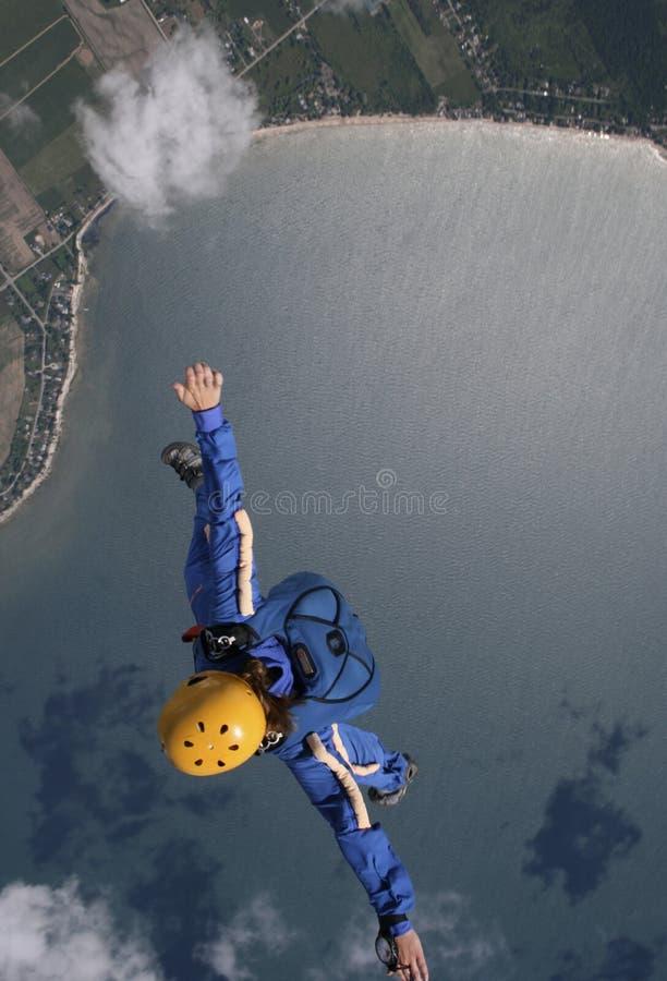 Freefalling над водой стоковое изображение