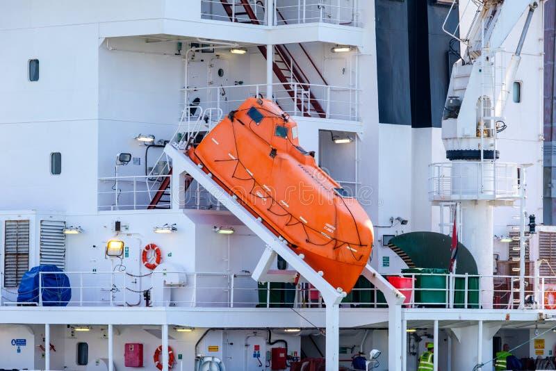 Freefalllivräddningsbåt på ett havsbehållareskepp arkivbild