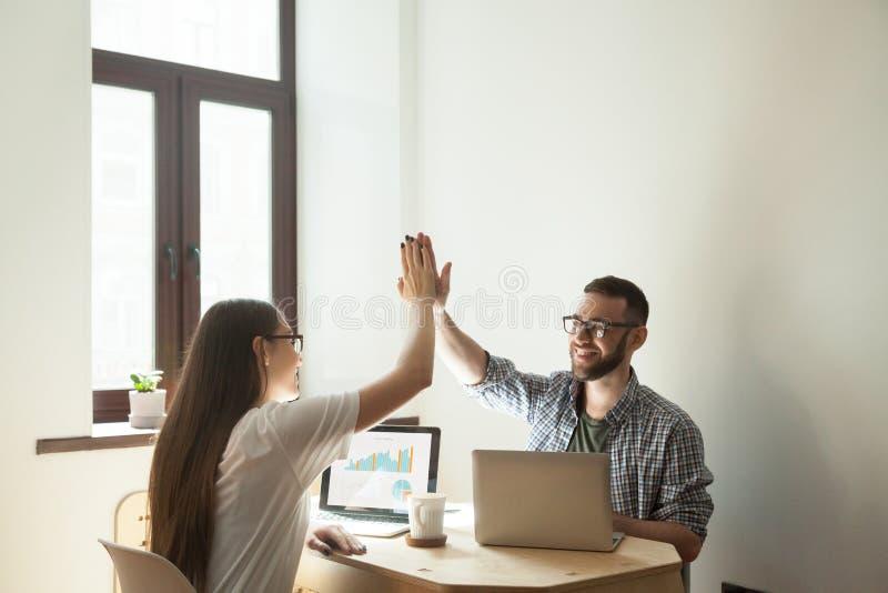 Freelance arbeiders die hoogte vijf na succesvolle projectster geven royalty-vrije stock afbeelding