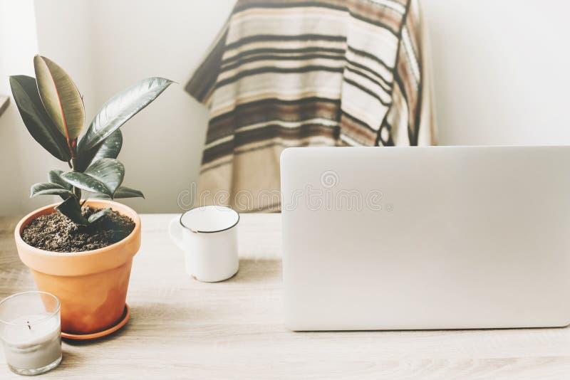 Freelance concept Desktop met laptop, notitieboekje, koffiekop stock foto's