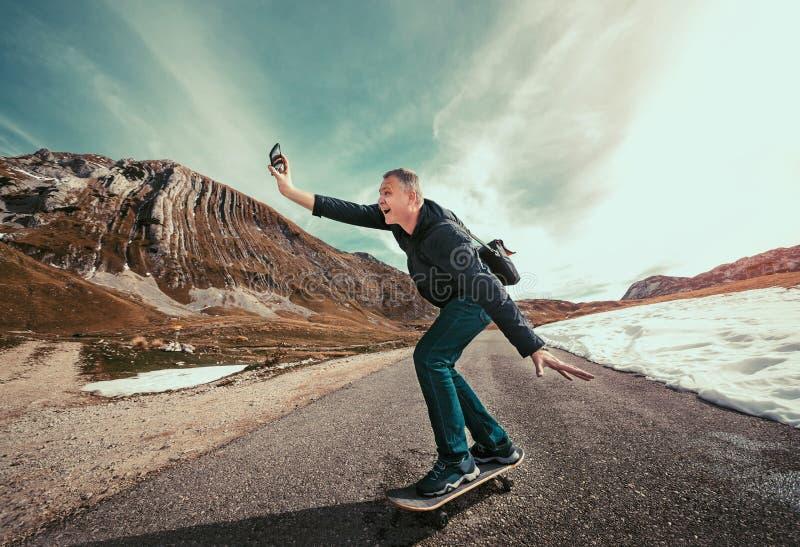 Freelance l'uomo d'affari divertendosi mentre guida un pattino fotografia stock libera da diritti