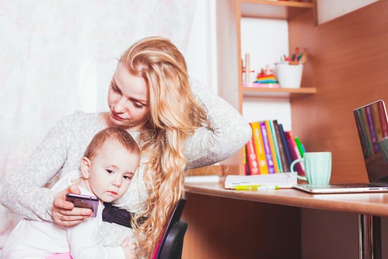 Freelance la mamma lavorata con il bambino immagine stock libera da diritti