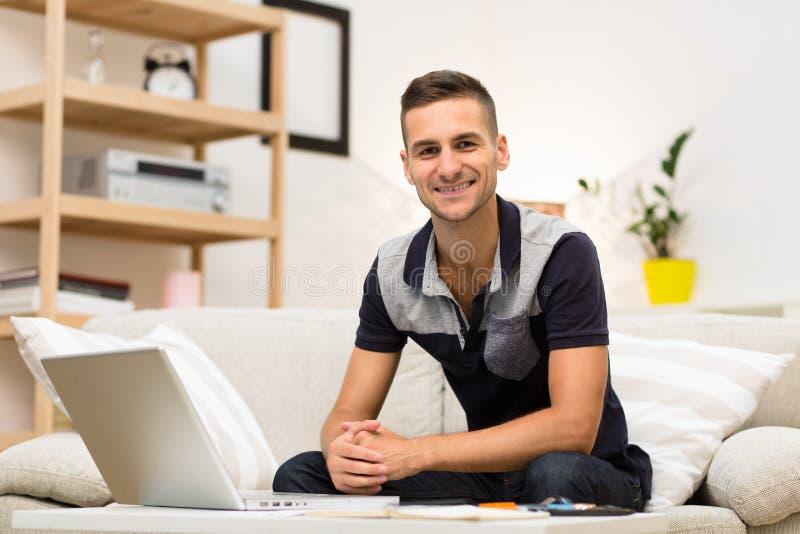 Freelance mens die thuis werken royalty-vrije stock afbeeldingen
