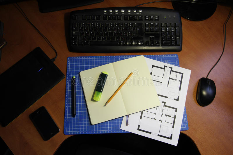 Freelance Ontwerper of Architect Home Workspace stock foto's