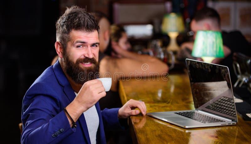 Freelance voordeel Het managerwerk online terwijl van koffie geniet Online de blognotitieboekje van het Hipster freelancer werk H stock foto