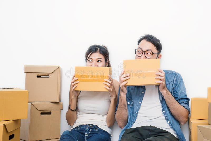 Freelance vrouw en man wat hun handen die doos houden stock fotografie