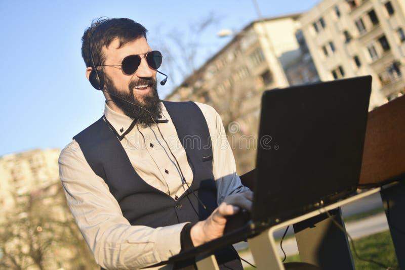 Freelancer που λειτουργεί τη σε απευθείας σύνδεση εργασία Διαδικτύου στοκ εικόνα