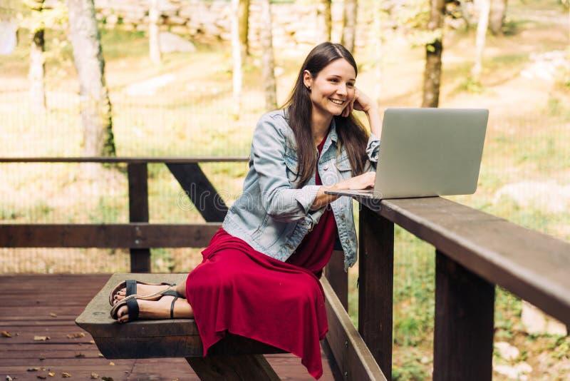 Freelancer al lavoro nell'aria fresca immagine stock libera da diritti